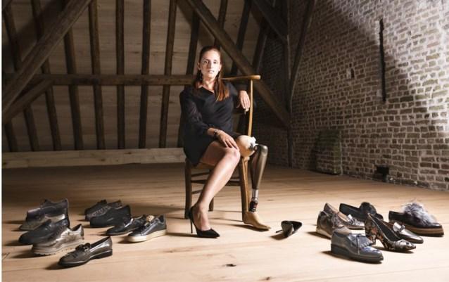 """Hilde (34) maakt indruk als schoenenmodel met één been: """"Ik wil me niet schamen voor mijn prothese"""""""
