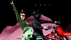 Vliegende stuntman en modellen op de moto: zo stoer was de modeshow van Rihanna