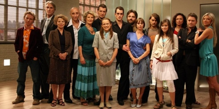 """10 jaar geleden kwam 'Sara' op tv: """"Toen Veerle Baetens als lelijk eendje deelnam aan Idool, wisten we dat het goed zat"""""""