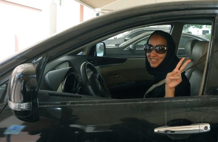 Ook in Saudi-Arabië mogen vrouwen voortaan met de auto rijden. En dat hebben ze te danken aan de lage olieprijs