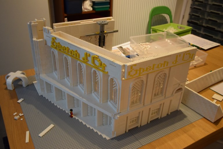 Giovanni bouwt museum Eperon d'Or met legoblokjes