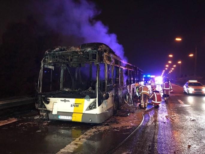 Bus van De Lijn brandt volledig uit op A12