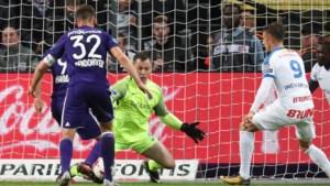 Anderlecht lijdt eerste competitienederlaag onder Vanhaezebrouck, Genk redt vel van trainer Stuivenberg