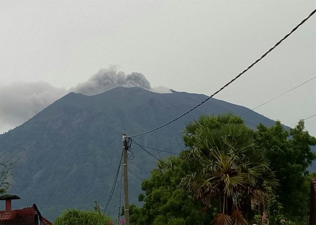 Vulkaan spuwt asse 700 meter hoog op vakantie-eiland Bali
