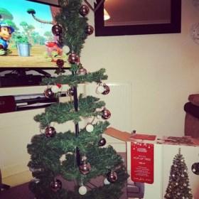 Chloe (27) was vol verwachting toen ze deze kerstboom kocht. Maar eens thuis kwam ze niet meer bij van het lachen