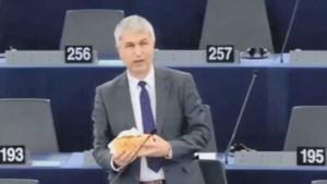 Ivo Belet voert pleidooi in Europees Parlement met kebab in de hand