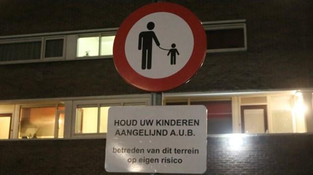 """Opmerkelijk verkeersbord in Nederland: """"Houd uw kinderen aan de leiband"""""""