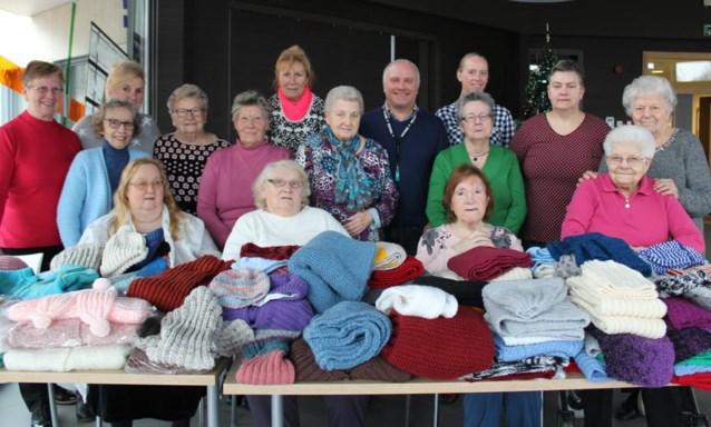 Breiclub schenkt mutsen en sjaals aan sociale dienst