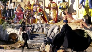 Topless activiste probeert Kindeke Jezus te kidnappen uit kribbe in Vaticaan