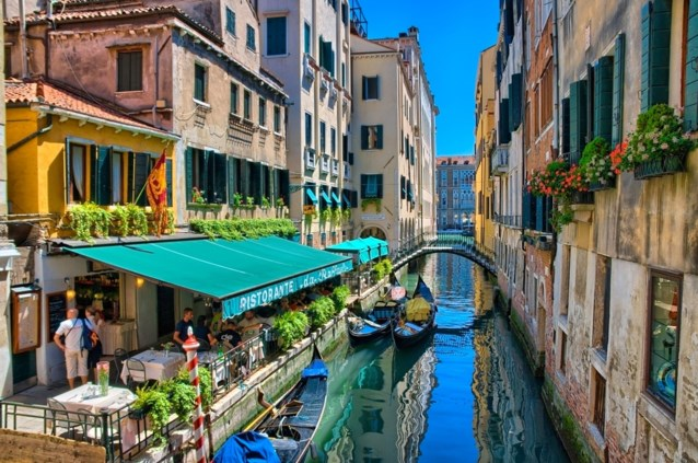 Toeristen in Venetië kunnen hun ogen niet geloven wanneer ze rekening in restaurant krijgen en bellen politie