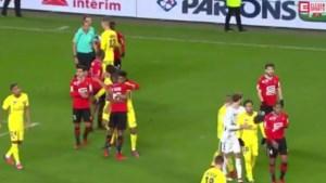 Arrogante Neymar toont zich van zijn slechtste kant en moet beschermd worden tijdens rel in bekermatch