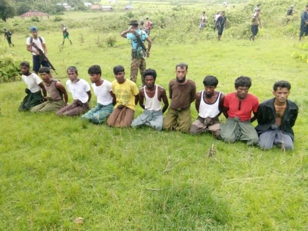 Ze wisten dat ze zouden sterven, maar konden niets doen: een paar minuten na deze foto werden deze 10 onschuldige mannen geëxecuteerd