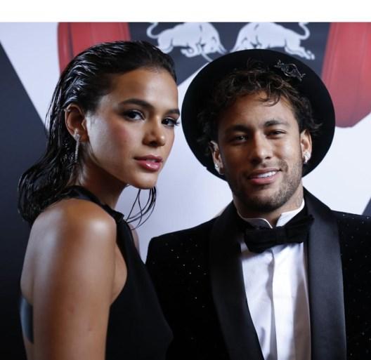 Neymar blaast 26 kaarsjes uit in stijl met glamourfeest in Parijs