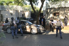 De laatste nagel in de doodskist van Zuma? Zuid-Afrikaanse elite-eenheid valt binnen in luxevilla van Indiase familie