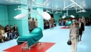 Nachtmerrie op de catwalk: modellen dragen hun eigen hoofd in de operatiekamer van Gucci