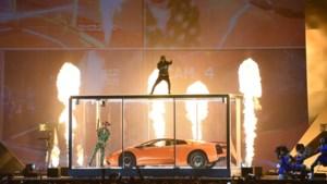 Een sportwagen die live wordt kapotgeslagen, Ed Sheeran met lege handen, een koude douche en veel witte rozen: dit waren de Brit Awards