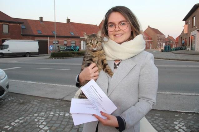 """Babette (25) waarschuwt buren: """"Mijn katten werden vergiftigd met lokvoedsel"""""""