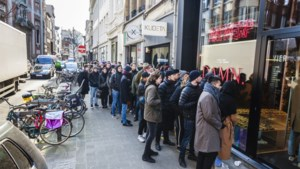 Aanschuiven in de kou voor pop-up van Amerikaanse rapper in Kammenstraat