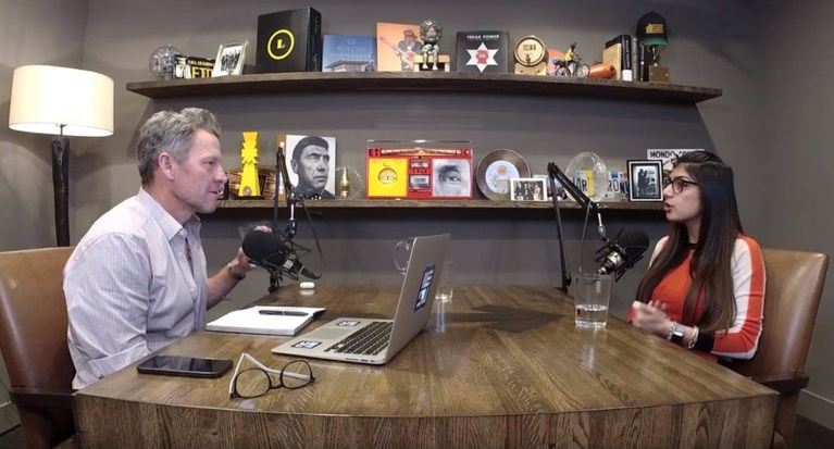 """Lance Armstrong haalt de populairste pornoster voor zijn microfoon en het klikt wonderwel: """"Ik heb tonnen respect voor je"""""""