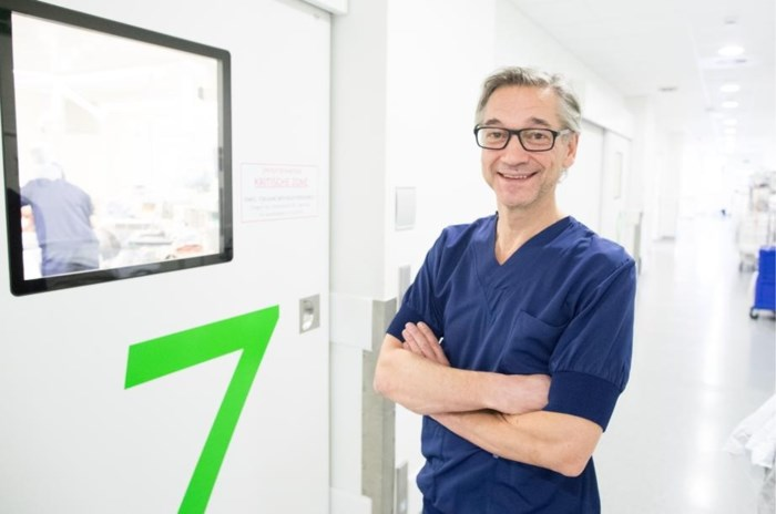 De Vlaamse chirurg die al 10.000 heupoperaties heeft uitgevoerd. Zo straf dat zijn collega's er jaloers op zijn