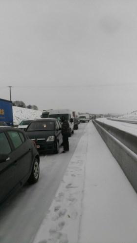 """Vlaams koppel moet nacht doorbrengen in vrieskou omdat snelweg potdicht staat: """"We wachten nog steeds op hulp"""""""