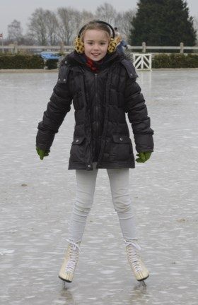 VIDEO. Ruiters op glad ijs: manege verandert (eventjes) in schaatsbaan