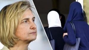 """Minister Crevits: """"School mag verbod op hoofddoek opleggen"""""""