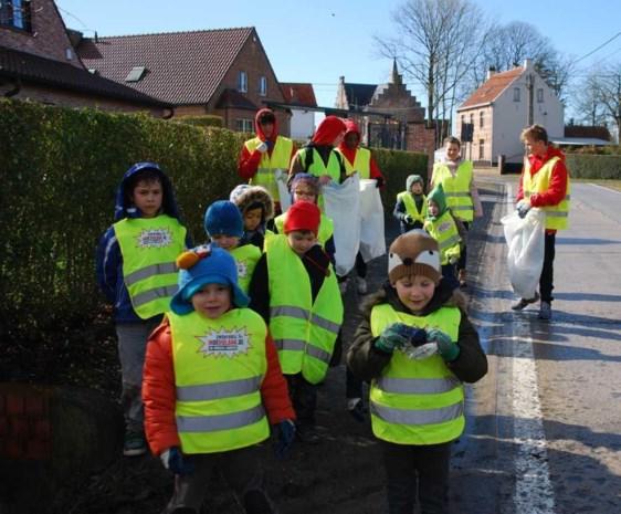 Leerlingen maken dorp schoon