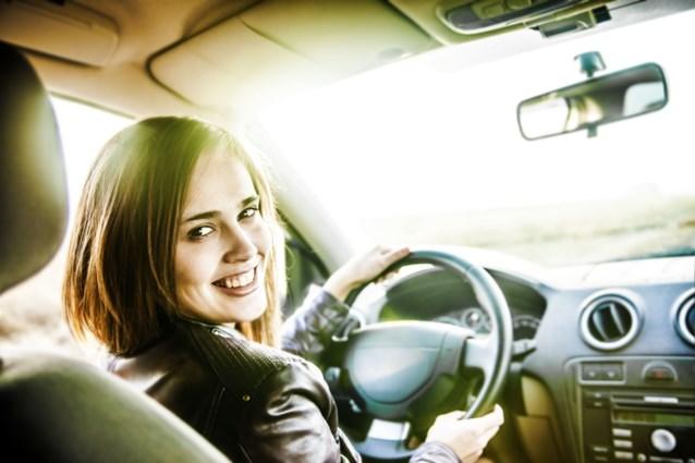 Een vrouw achter het stuur? Dan is er minder kans op een ongeval
