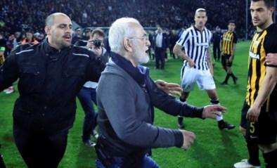 Griekse voetbaltopper ontspoort: woedende voorzitter gaat verhaal halen bij ref en betreedt veld met pistool