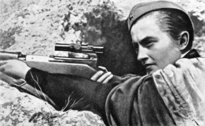 Het verhaal van de beste vrouwelijke scherpschutter ooit. Ze legde 309 Duitsers om, met roodgelakte nagels