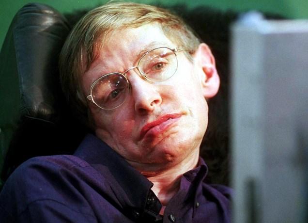 Hawking wordt over 2 weken begraven, en zijn assen zullen vlakbij 2 andere wereldberoemde wetenschappers gezet worden