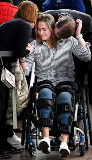 """Béa raakte haar benen kwijt bij aanslag, maar wil rechtstaan tijdens emotionele speech: """"Ik ben sterk, ik kan zeggen dat ik leef"""""""
