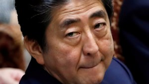 Tweede schandaal dringt Abe verder in het defensief