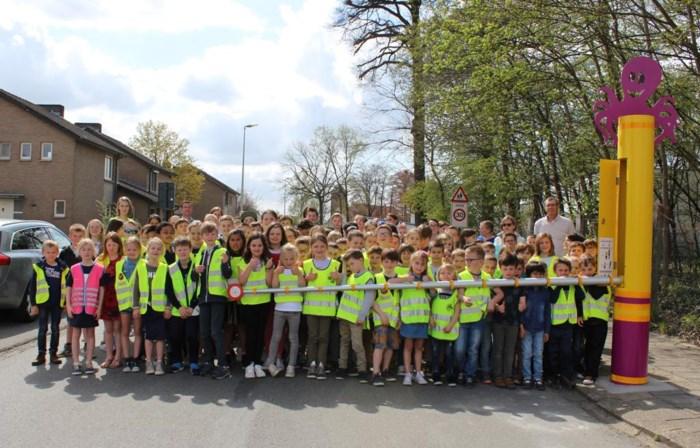 Basisschool sluit 'schoolstraat' af met echte slagboom