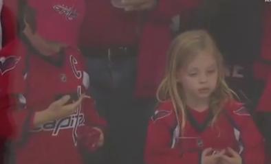 Meisje ontroostbaar nadat ze naast puck grijpt maar dan heeft ijshockeyspeler prachtig gebaar klaar