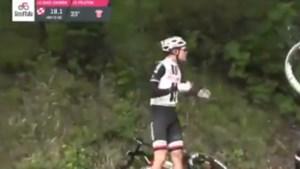 """Tom Dumoulin komt met de schrik vrij na val in afdaling tijdens gekke Giro-rit: """"Het was echt even tricky"""""""