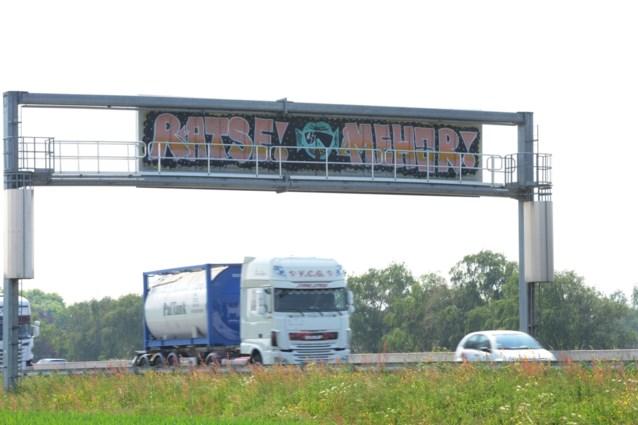 Zie je ook vaak dezelfde graffiti langs de snelweg? Dit zijn boosdoeners (en deze straf riskeren ze)