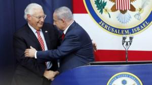 VS-ambassadeur in Jeruzalem poseert bij foto waarop moskee vervangen is door joodse tempel