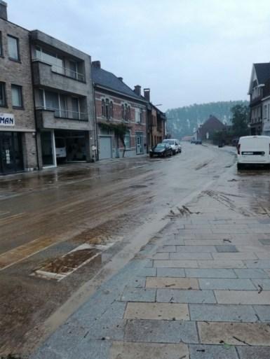 Centrum Sint-Lievens-Houtem getroffen door modderstroom na hevige regen, schade op klaarlichte dag nog duidelijker