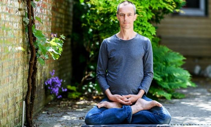 """Onze Rustzoeker waagt zich aan meditatie: """"Het móét een beetje lastig zijn"""""""