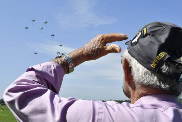 Honderden parachutisten springen boven Normandië voor herdenking D-Day