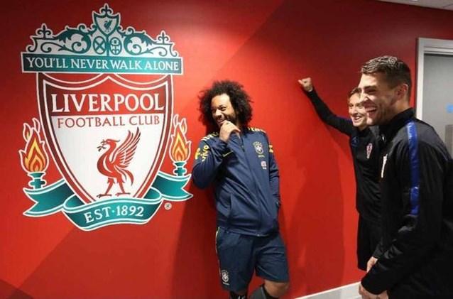 De échte reden achter deze foto van lachende Real Madrid-spelers bij Liverpool-embleem