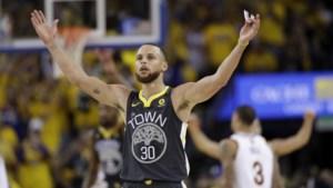 Stephen Curry dolt in NBA-finale met record en zet Warriors op 2-0 tegen LeBron James