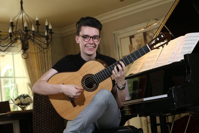 """Cedric Honings (19) stelt alles in teken van zijn gitaar: """"Afwassen doe ik niet: slecht voor mijn handen"""""""