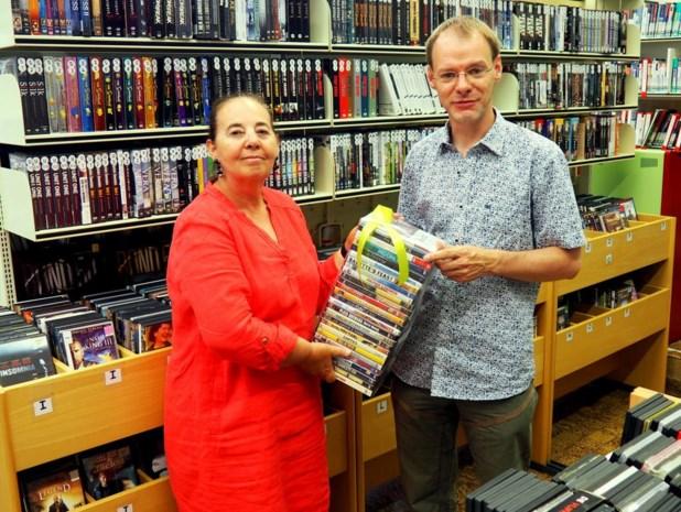 Raadslid Wim Durang investeert zitpenningen in dvd's voor de bibliotheek