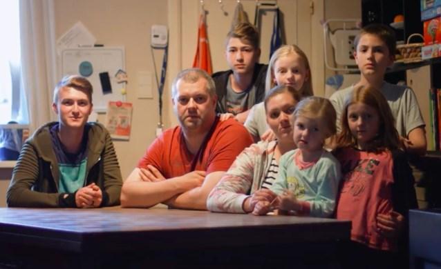 """Huisbaas weigert woning te herstellen, gezin van acht staat op straat: """"We staan machteloos"""""""