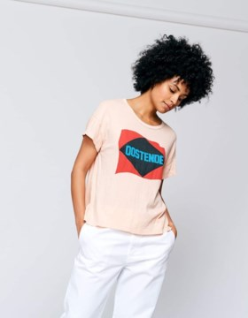 """Waarom een simpel T-shirt het kledingstuk van de zomer wordt: """"Het is een vorm van expressie"""""""