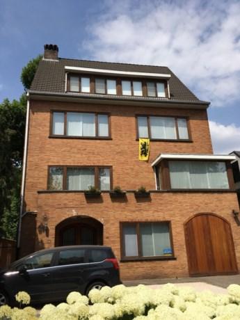 Het hele land hangt de Belgische vlag buiten, maar aan de gevel van Bart De Wever is het de Vlaamse Leeuw