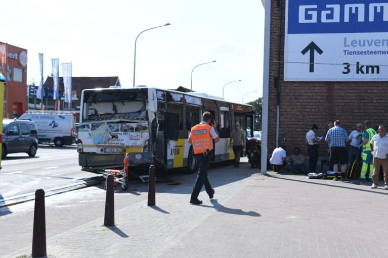 Naakte vrachtwagenchauffeur richt ravage aan in Bierbeek: verschillende wagens en lijnbus geramd